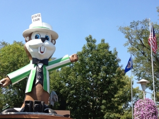 Fairchild the Gopher welcomes State Fair goers